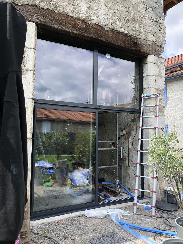 Installation d'une vitrine pour une enseigne à Crolles en Isère par Renov'isol
