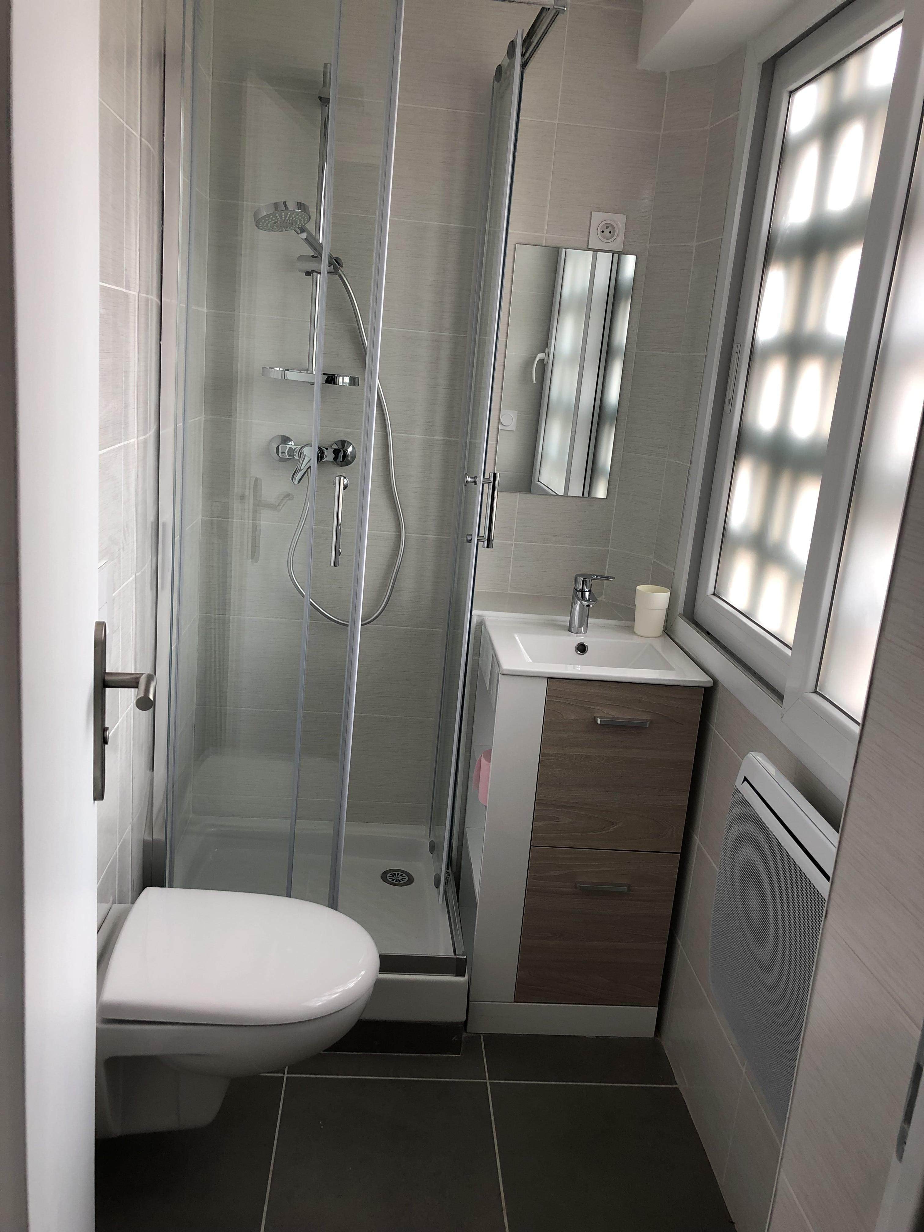 Installation d'une salle de bain pour un appartement à Crolles en Isère par Renov'isol