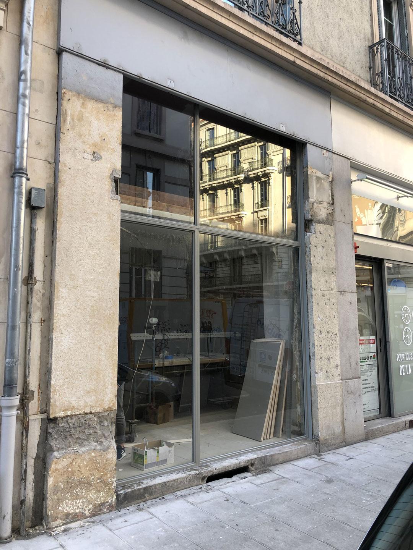 Installation d'une vitrine sur-meusure pour une enseigne à Crolles en Isère par Renov'isol