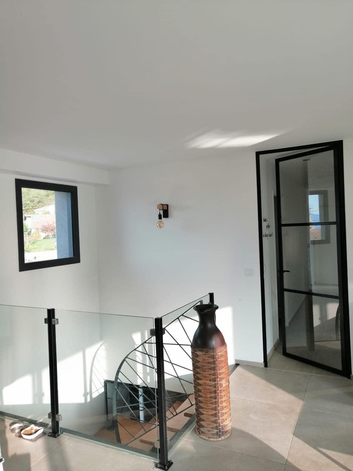 Voici la pose d'un garde corps vitré en protection d'une descente d'escaliers dans une maison à Crolles par Renov'isol